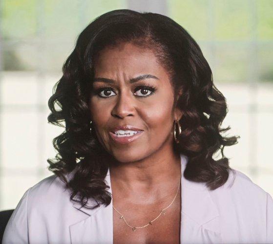 """O carte pe zi: """"Povestea mea. Adaptată pentru tinerii cititori"""" de Michelle Obama"""