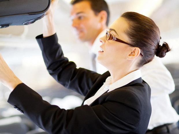 Unii angajatori din industria aeriană reglementează clar relaţiile însoţitorilor de bord cu piloţii aeronavelor