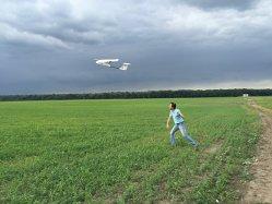 Doi români încearcă să convingă fermierii să folosească dronele în agricultură