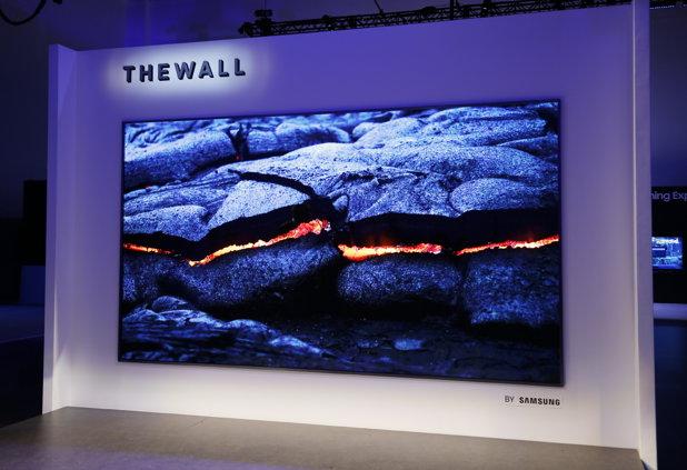 """CES 2018: Samsung a lansat """"The Wall"""", primul televizor modular MicroLED din lume, cu diagonala de 146 inci"""