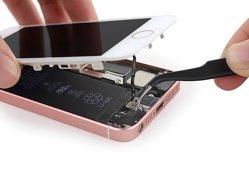 A încercat să îndoaie iPhone SE şi a avut parte de o SURPRIZĂ. Nimeni nu se aştepta ca noul smartphone Apple să fie astfel