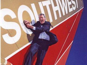 Povestea omului care a fondat cel mai mare operator aerian low-cost din lume. În anii 90 a rezolvat un conflict cu o altă linie aeriană printr-un meci de skandenberg - VIDEO