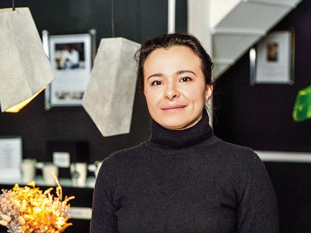 O româncă şi-a construit propria afacere angajând 20 de africani să lucreze 30.000 de produse lunar