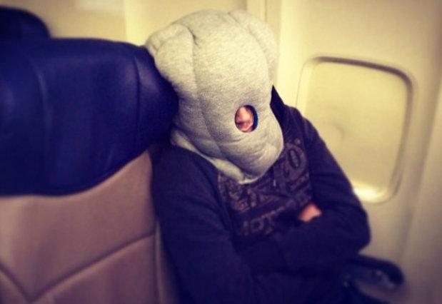 Cele mai bizare lucruri întâlnite de stewardese: un vultur uitat pe scaun, supă la plic cu apă din toaleta avionului şi altele - FOTO