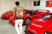 Puşcă cu bani, o casă îmbrăcată în aur şi maşini fuchsia: aşa arată viaţa copiilor bogaţi ai Nigeriei FOTO