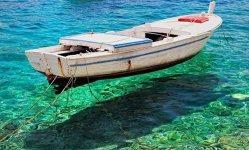 Locurile unde apa este atât de limpede încât barcile par să leviteze - GALERIE FOTO