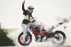 Tânăra de 23 de ani care este unul dintre cei mai buni cascadori pe motocicletă din lume. Ce poate să facă cu motocicleta este incredibil - VIDEO