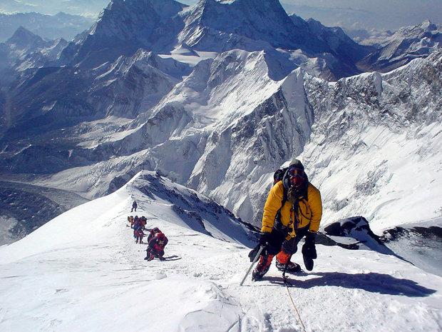 Cât costă să escaladezi Everestul şi cât câştigă guvernul nepalez din expediţii