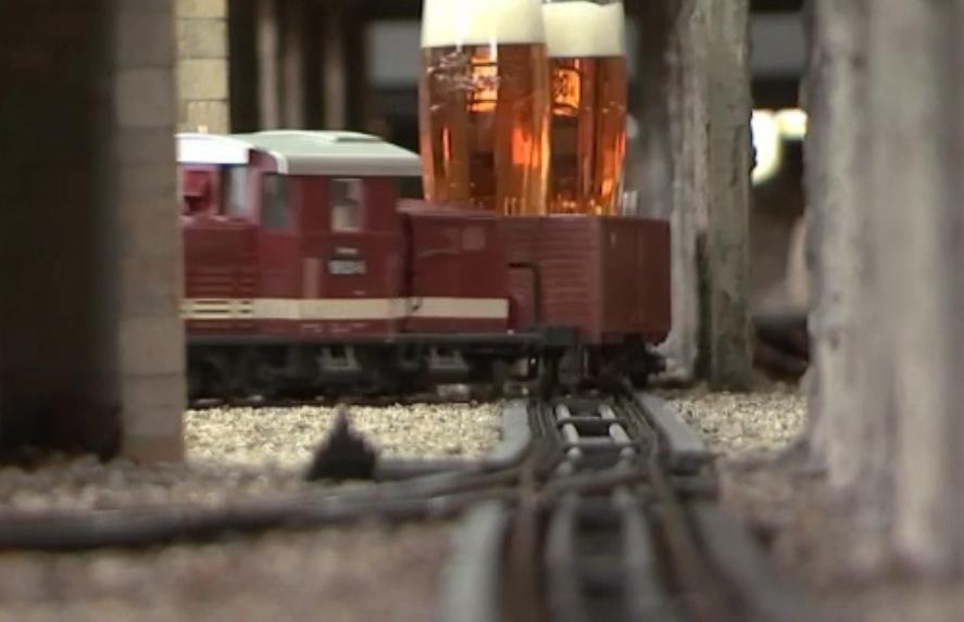 În acest bar, berea vine cu trenul... la propriu - GALERIE FOTO