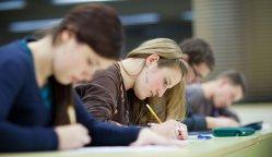 Concluzia surprinzătoare a unor psihologi: studentele care se machiază iau note mai mari la examene