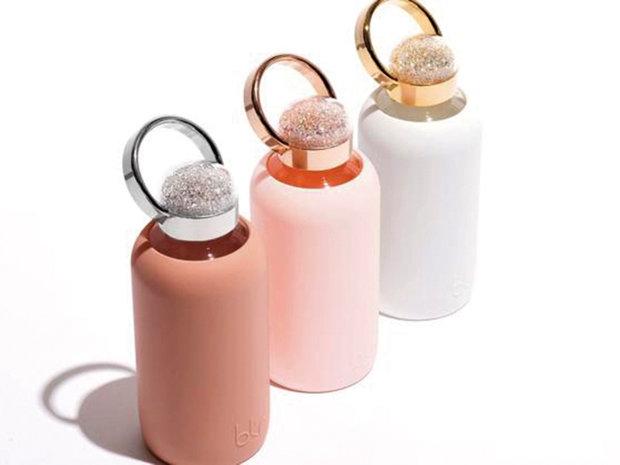 Pe lângă poşete şi bijuterii femeile au de acum un nou tip de accesoriu: sticlele cu apă