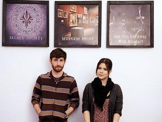Doi tineri din Bucureşti au găsit o metodă inedită de a face bani: primesc bani de la corporaţiile din România ca să le încuie angajaţii în timpul liber