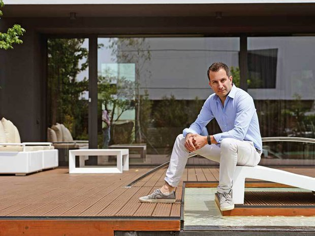 În timp ce ţara lor intră în default, patru greci pariază 14 milioane de euro pe un proiect imobiliar în România