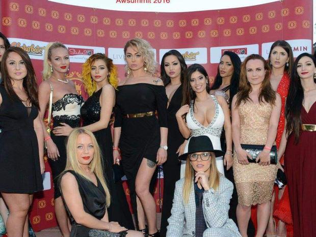 """Secretele celui mai mare studio de videochat din România: """"Am văzut că există modele care fac mai mulţi bani îmbrăcate decât dezbrăcate"""" - GALERIE FOTO"""