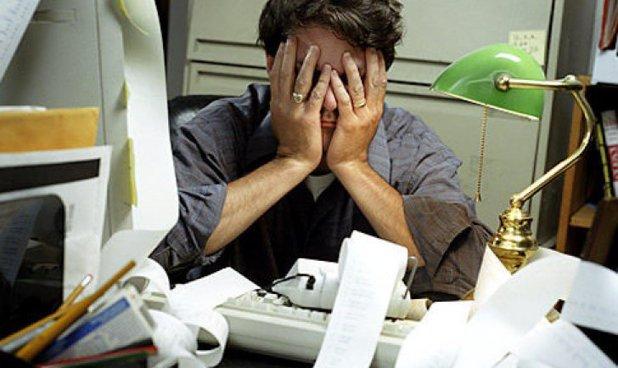 Mai mult de jumătate dintre angajaţii români lucrează peste program