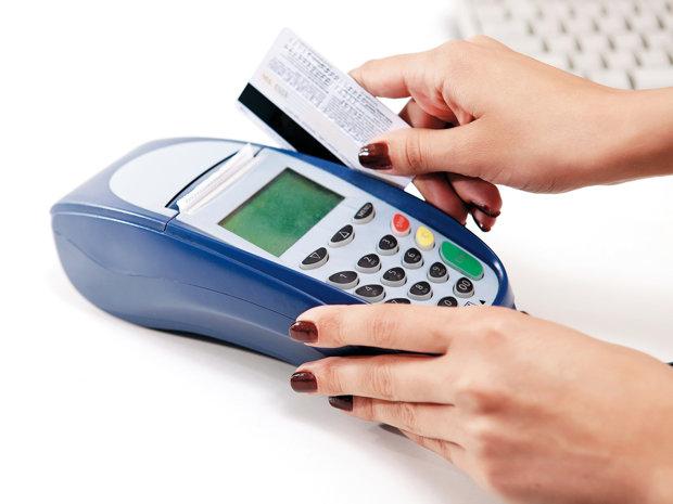 Coşmarul băncilor: patru români din zece îşi scot toţi banii de pe card în ziua de salariu