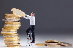 Ce fac companiile când au nevoie de bani după cinci ani de criză: cei care au profit îl reinvestesc, cei care nu au îşi vând activele