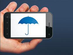 Asigurătorii caută banii clienţilor pe telefonul inteligent. Una din zece tranzacţii se face online