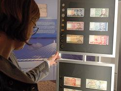 Euro s-a depreciat constant faţă de dolar, reflectând divergenţa între economia SUA şi cea a zonei euro