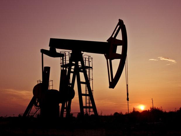 Preţul barilului de petrol a crescut, dar rămâne sub 44 de dolari