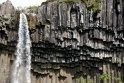 """6 Svartifoss, Islanda: În traducere liberă """"cascada neagră"""" pentru faptul că este înconjurată de columne închise la culoare formate din lavă, aceasta se găseşte în Parcul Naţional Skaftafell din Islanda şi este o atracţie turistică importantă."""