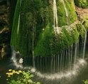 1 Bigăr, România: Situată în judeţul Caraş-Severin, cascada Bigăr este spectaculoasă prin modul în care curge apa, în suvoaie subţiri, creând ceea ce seamnănă cu un efect de umbrelă.