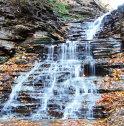2 Eternal Flames Falls, SUA: Este o cascadă micuţă, de numai nouă metri înălţime, aflată în Chestnut Ridge Park, New York, care depinde în mare măsură de apa de ploaie şi zăpada topită, motiv pentru care poate fi observată de obicei doar primăvara sau după o perioadă ploioasă.