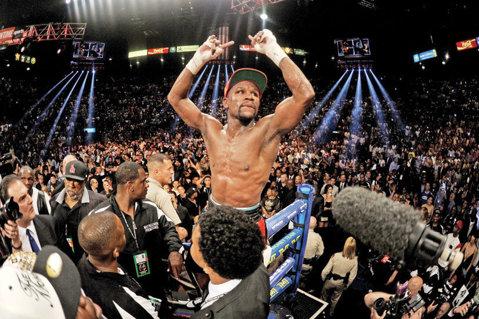 Floyd Mayweather l-a învins pe Marcos Maidana şi şi-a păstrat titlurile WBA şi WBC