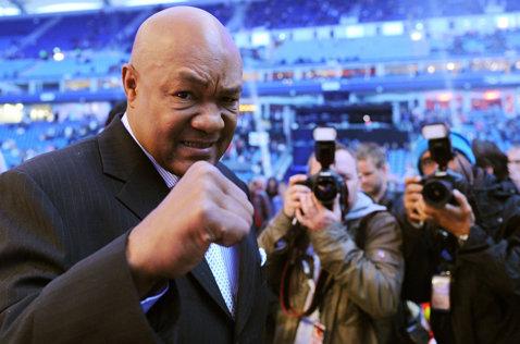 """Pumnul lui Ali îl bântuie de 40 de ani pe George Foreman. """"Este un memento pentru mine, în fiecare zi, că trebuie să rămân umil"""". Cum se chinuie singur boxerul american"""