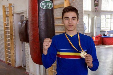 Antrenamente printre pumni şi ecuaţii. Cel mai valoros junior român, Vlad Matei, este olimpic la matematică