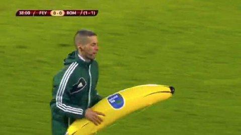 Meciul Feyenoord - AS Roma a fost întrerupt după ce fanii olandezi au aruncat cu banane gonflabile pe teren