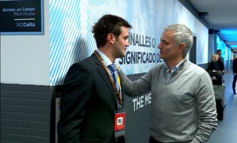 """VIDEO   Întâlnire spectaculoasă înainte de Celta Vigo - Manchester United. Mourinho l-a întrebat pe Cristi Chivu despre soarta FCSB-ului: """"Ce s-a întâmplat?"""""""