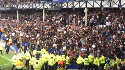 Nebunie pe Goodison Park! VIDEO | Fanii lui Hajduk Split au făcut haos în timpul meciului cu Everton. Croaţii au vrut să intre pe gazon şi au fost opriţi cu greu