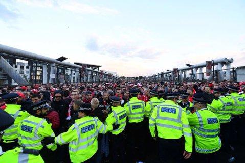 Nebunie în Londra, înainte de Arsenal - Koln! VIDEO | 20.000 de nemţi au luat oraşul cu asalt, la revenirea în Europa după 25 de ani. Startul meciului a fost întârzia o oră, mii de ultraşi fără bilet au forţat intrarea în stadion