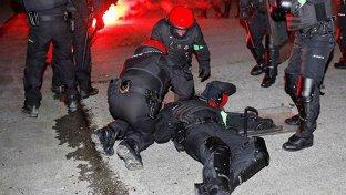 Huliganii ruşi au făcut măcel! Un poliţist a murit în urma luptelor de stradă