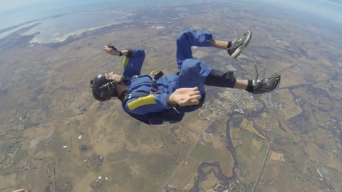 A avut convulsii şi a leşinat înainte să-şi deschidă paraşuta, după ce s-a aruncat  de la 3000 de metri | VIDEO Cum a fost salvat