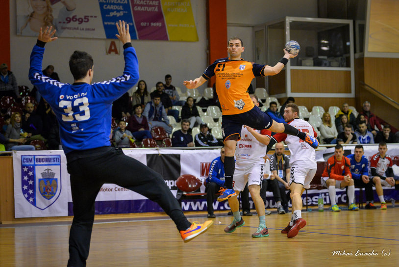 CSM Bucureşti s-a calificat în turneul Final 4 al Cupei României la handbal masculin după o victorie cu emoţii. Tigrii au condus cu 7 goluri Reşiţa lui Adrian Petrea, dar soarta meciului s-a decis la penaltyuri de departajare