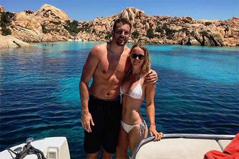 FOTO | Wozniacki se relaxează pe plajele din Sardinia alături de iubitul său