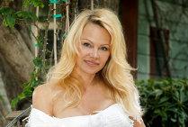 FOTO | Ce surpriză! Pamela Anderson s-a cuplat cu un fotbalist din naţionala Franţei. Este cu aproape 20 de ani mai tânăr decât ea