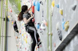 """TIMP LIBER   Escalada, modul prin care îţi învingi teama de înălţime şi atingi orice """"vârf de munte"""""""
