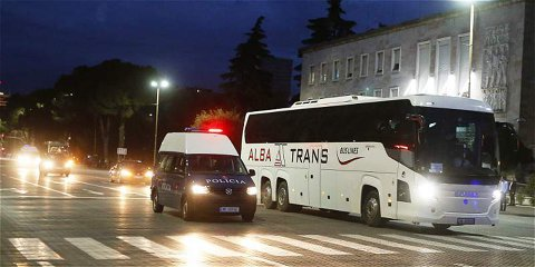 Premierul Albaniei şi-a cerut scuze după ce autocarul echipei Serbiei a fost lovit cu pietre