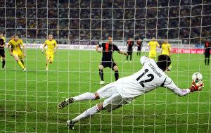 Schimbări majore în regulament, începând cu Euro 2016! Ce decizie trebuie să ia arbitrul dacă executantul unui penalty se opreşte înainte să bată