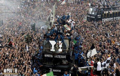 Aproape de o dramă! Fani ai lui Juventus, răniţi la celebrarea titlului. Camionul în care se aflau a atins cablurile de curent ale tramvaielor