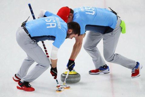 S-a încheiat şi turneul olimpic la curling, proba masculină pe echipe. Medalia de aur a fost câştigată în premieră de Statele Unite