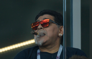 FOTO | Faceţi loc! Maradona i-a sfidat pe organizatorii Campionatului Mondial. Cum a fost surprins fotbalistul legendar la partida Argentina - Islanda