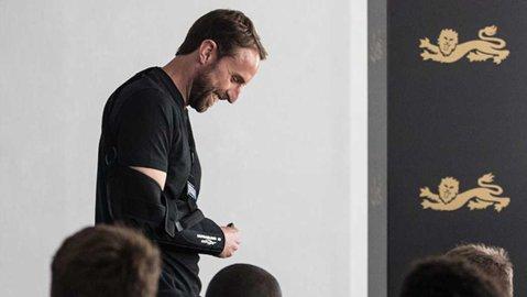S-a accidentat selecţionerul Angliei! Gareth Southgate şi-a dislocat umărul drept în timp ce alerga, iar glumele pe reţelele de socializare nu au intârziat să apară
