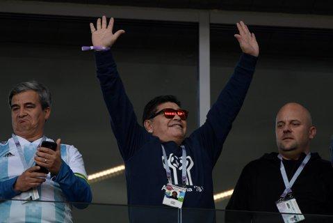 """""""Băieţi, trebuie să ne salvăm onoarea"""". Argentina e în criză, marele Maradona nu suportă situaţia şi face tot posibilul pentru a trezi """"pumele"""". Diego invocă trecutul glorios: planul pus la cale înaintea meciului decisiv cu Nigeria"""