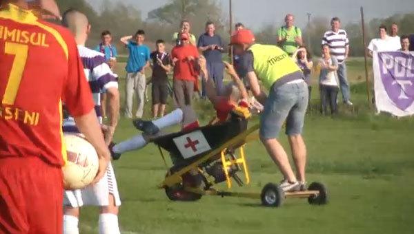 VIDEO GENIAL! N-o să te poţi opri din râs după faza asta! :) Un jucător accidentat e scos cu roaba motorizată, la un meci din România! Vezi cum arată asistenta :)