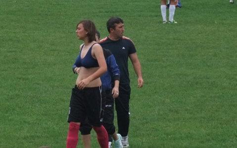 VIDEO | Faze de youtube la un meci de fotbal feminin din România: după ce a fost eliminată, şi-a scos tricoul şi a sărit să-l bată pe arbitru