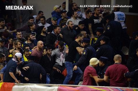 VIDEO | Spirite încinse într-un nou derby! Petre Marin, Aliuţă şi Miu, faţă în faţă cu fanii rapidişti care-i înjurau. Cum s-au terminat scenele tensionate